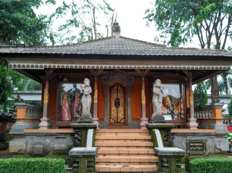 Bangunan Angkul Angkul